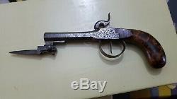 Un pistolet coup de poing à percussion avec sa baïonnette